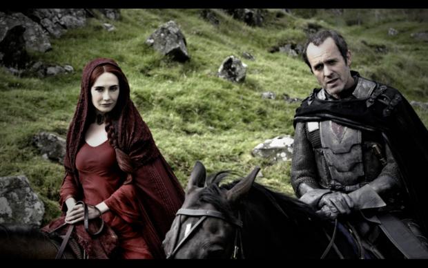 Melisandre de Asshai con Stannis Baratheon interpretados por Carice van Houten y Stephen Dillane