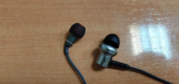 Comparando el tamaño de los Auriculares de grafeno iHaper a la (izquierda) con unos Xiaomi Hybrid Pro (derecha)